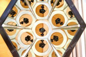 Яркая фотозона калейдоскоп призма на мероприятие
